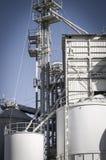 Refinería, tuberías y torres modernas, descripción de la industria pesada Imagen de archivo libre de regalías