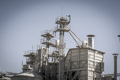 Refinería, tuberías y torres que se calientan, descripción de la industria pesada Foto de archivo libre de regalías