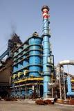 Refinería y chimenea azules Imagen de archivo libre de regalías