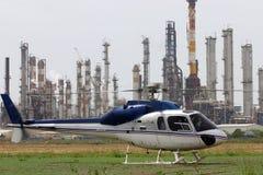 Refinerías y helicóptero de petróleo imágenes de archivo libres de regalías
