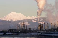 Refinería de petróleo con vapor Imagen de archivo libre de regalías