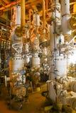 Refinería de petróleo costera de los aparejos Estación principal bien en la plataforma Fotografía de archivo