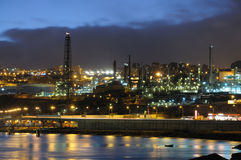Refinery illuminated at night Royalty Free Stock Photos