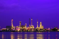 Refinery at twilight Royalty Free Stock Images