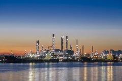 Refino de petróleo e industria petroquímica Refinería de petróleo de Bangkok a lo largo del río foto de archivo