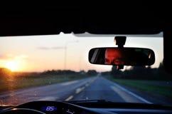 Reflété dans le miroir du conducteur de voiture Image stock