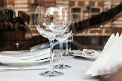 Reflété dans les verres vides dans une fin de restaurant  Image libre de droits