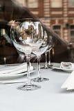 Reflété dans les verres vides dans une fin de restaurant  Photos stock