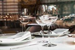 Reflété dans les verres vides dans une fin de restaurant  Images stock