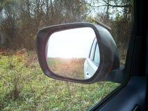 Reflété dans un rearview images stock