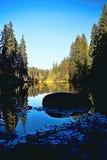Refléter au niveau de l'eau du Vrbicke le Tarn en vallée de Demanovska en Slovaquie photographie stock libre de droits