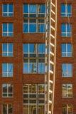 Refléter dans des fenêtres de bâtiment photos libres de droits
