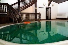 Refléter la piscine avec l'escalier image stock
