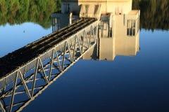 Refléter le bâtiment au milieu du barrage photographie stock libre de droits