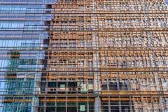 Refléter le gratte-ciel dans les fenêtres d'un gratte-ciel photo stock