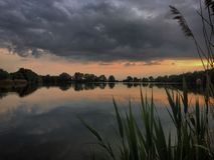 Refléter le paysage dans l'eau images stock