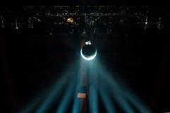 Reflétez la boule avec la lumière bleue de couleur en brume Photo libre de droits