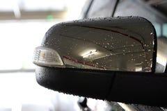 Reflétez la ligne et l'éclairage de réflexion de voiture à la voiture de stationnement avec Image libre de droits