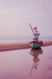 Reflétez le bateau de pêche Image stock