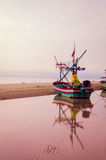 Reflétez le bateau de pêche Photo libre de droits