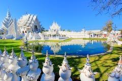 Reflétez le lac à l'intérieur du temple blanc public avec le fond clair de ciel Photographie stock libre de droits