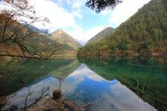 Reflétez le lac, Jiuzhaigou, au nord de province de Sichuan, la Chine Photo libre de droits