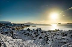Refl för solljus för berg för Island jullandskap fryst vatten Arkivfoto