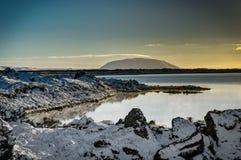 Refl för solljus för berg för Island jullandskap fryst vatten Arkivbilder