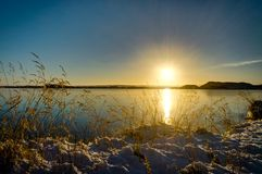 Refl för solljus för berg för Island jullandskap fryst vatten Royaltyfria Foton