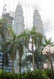 Reflaction delle torri di Petronas, Kuala Lumpur immagini stock