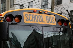 Reflations jaunes de ville d'autobus scolaire Images libres de droits