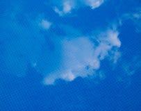 reflccting在镇静水的云彩 图库摄影