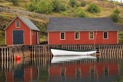 Refleaction des Bootes und des Gebäudes stockbilder