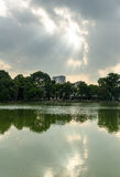 ReflecHoan Kiem sjö och warmlight Fotografering för Bildbyråer