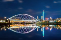 Free Reflection Of Taipei Bridge In Downtown, Taiwan. Financial District And Business Centers In Smart Urban City. Skyscraper And High- Stock Images - 151893074