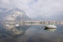 reflectionsdel withdel paisaje de la montaña en el lago Como Fotos de archivo