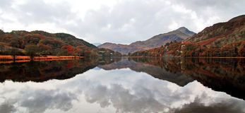 Reflections of Moody Snowdonia, Llyn Gwynant, Snowdonia, Wales Stock Photos
