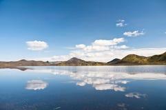 Reflectng de montagnes dans le lac Photos libres de droits