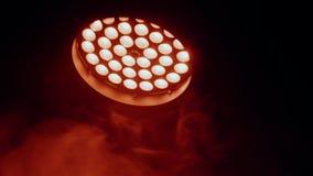 Reflector del pasillo de la iluminación equipment Cabeza de mudanza del LED con la luz roja almacen de metraje de vídeo