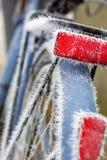 Reflector rojo congelado en una bici Imagen de archivo libre de regalías
