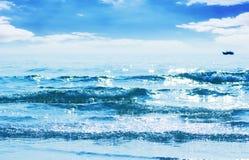 Reflejado de luz del sol en ondas azules Fotos de archivo