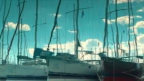 Reflejado en agua, puerto en la bahía, transporte del yate del agua metrajes