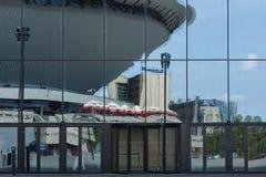 Reflejado en las paredes de cristal del centro de congreso en Katowice Imagen de archivo