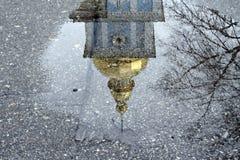 Reflejado en un charco del campanario de San Miguel de oro imagen de archivo