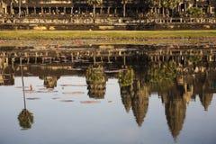 Refleje Angkor Wat en el agua Fotos de archivo