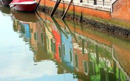 Refleje de casa coloreada en el agua imagen de archivo libre de regalías