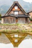 Refleje de casa en Shirakawago fotografía de archivo