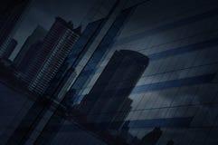 Refleje de ciudad moderna y del cielo oscuro del strom en torre del vidrio de la ventana fotos de archivo libres de regalías