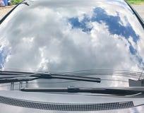 Refleje del cielo en el coche fotos de archivo