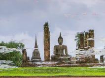 Refleje del templo budista antiguo en la charca de agua fotos de archivo